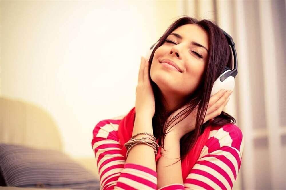 kadın müzik dinliyor