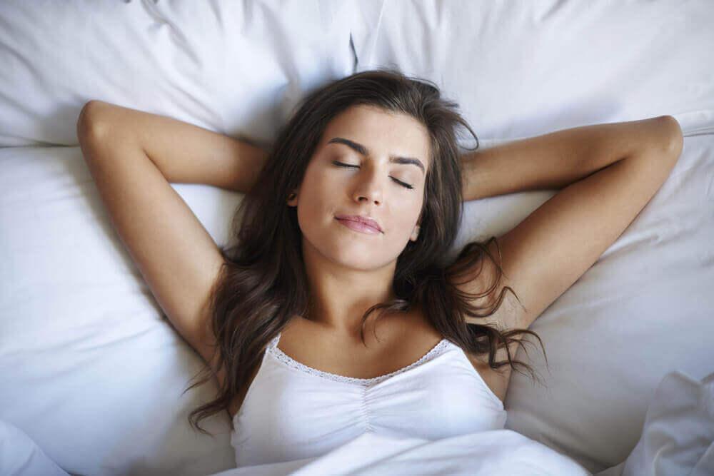 kadın rahat uyuyor