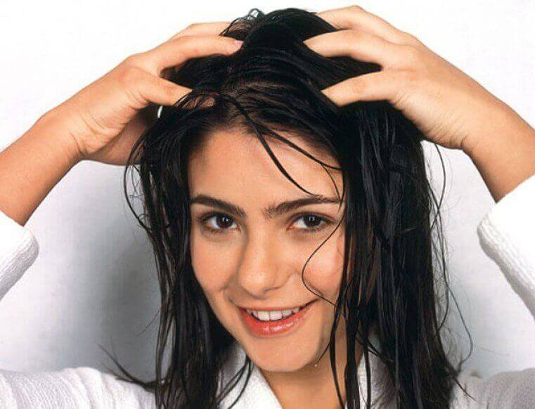 saç diplerine masaj yapan kadın
