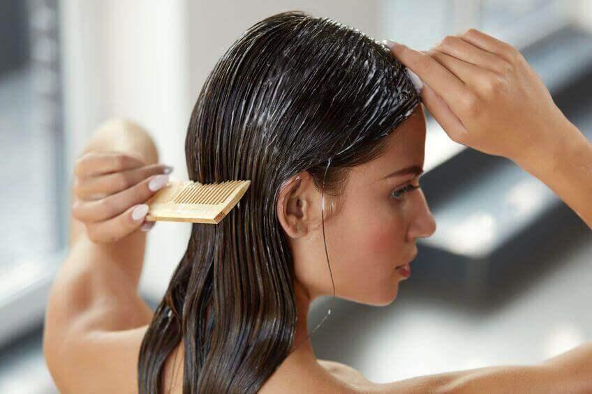 yoğurtlu saçını tarayan kadın