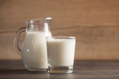 sürahi ve bardakta süt