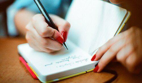 deftere yazı yazan kadın eli
