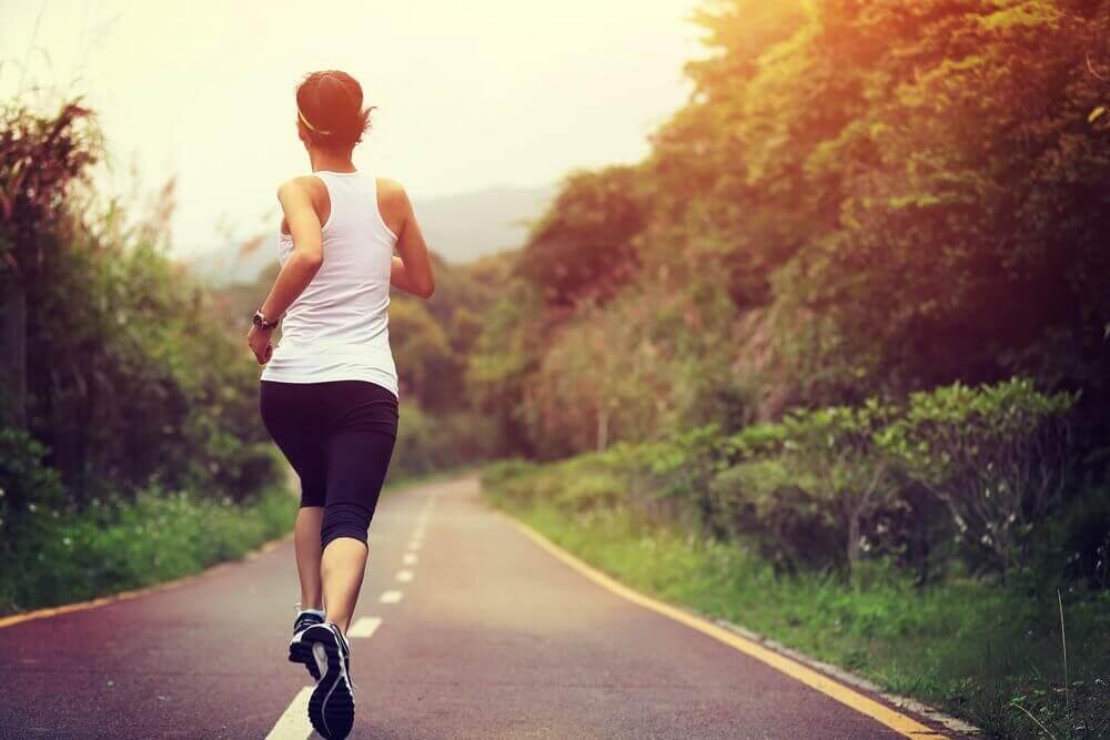 ormanda koşu yapan kadın