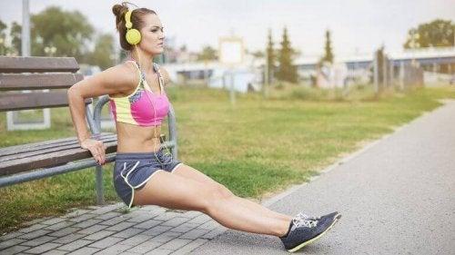 egzersiz yapmak için müzik dinleyen kadın