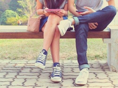 Açık ilişki yaşayan partnerlerin birbirine karşı dürüst olması gerekir.