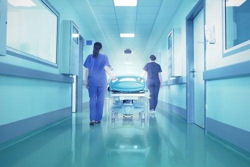 hastanede yatak taşıyan doktorlar