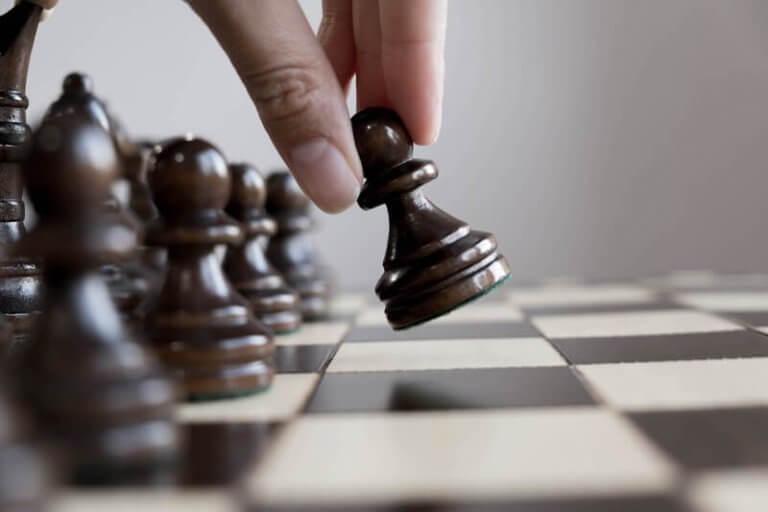 satranç oynayan insan