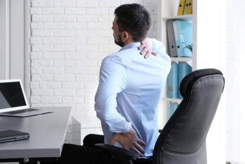 bel omuz ofis oturan adam