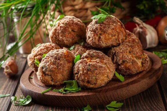 Parmaklarınızı Yiyeceğiniz Patlıcanlı Köfte Tarifi