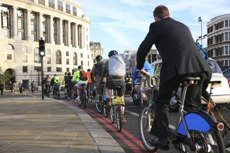 bisiklete binen insanlar