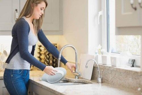 bulaşık yıkayan genç kadın