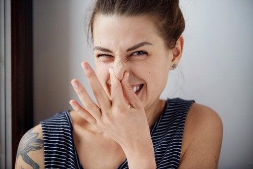 burnunu tutan kadın