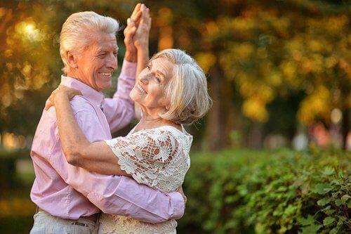 dans eden yaşlı çift