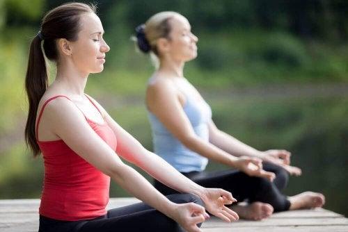 dışarıda yoga yapan kadınlar