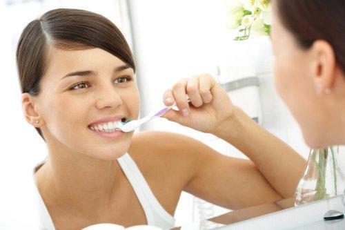 dişleri fırçalayan kadın
