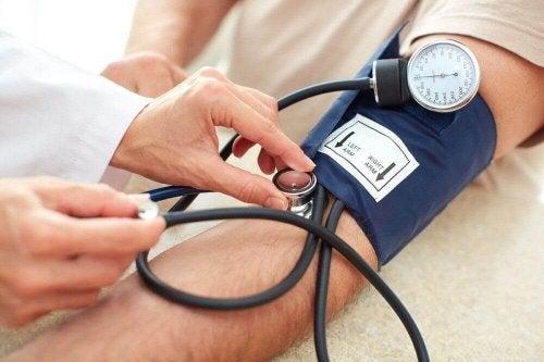 doktor hasta tansiyon ölçüm