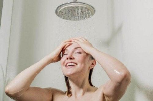 duş alan mutlu kadın