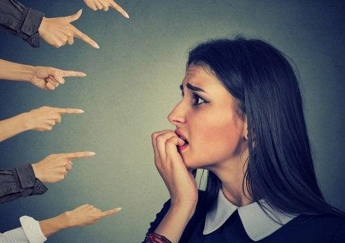 endişeli kadın ve onu işaret eden parmaklar kararlar