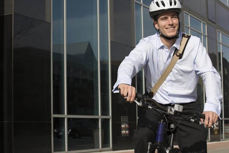 erkek işe bisiklet ile gitmiş