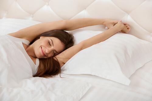 yatakta dinlenen kadın