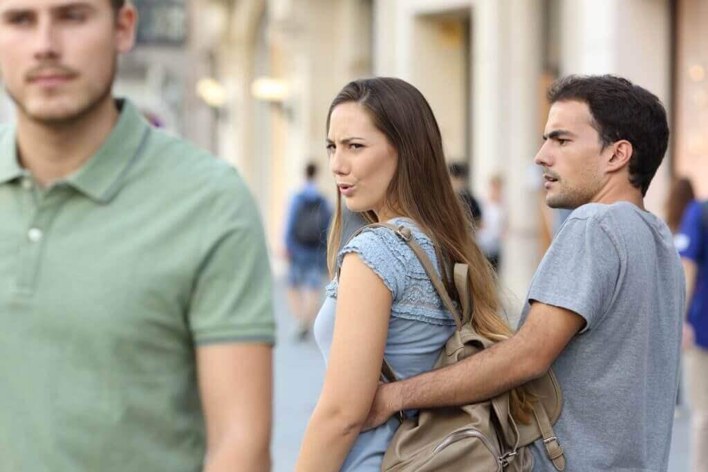 kadın adama bakıyor