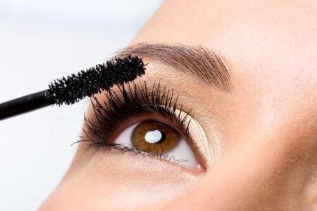 kadın gözüne makyaj yapıyor