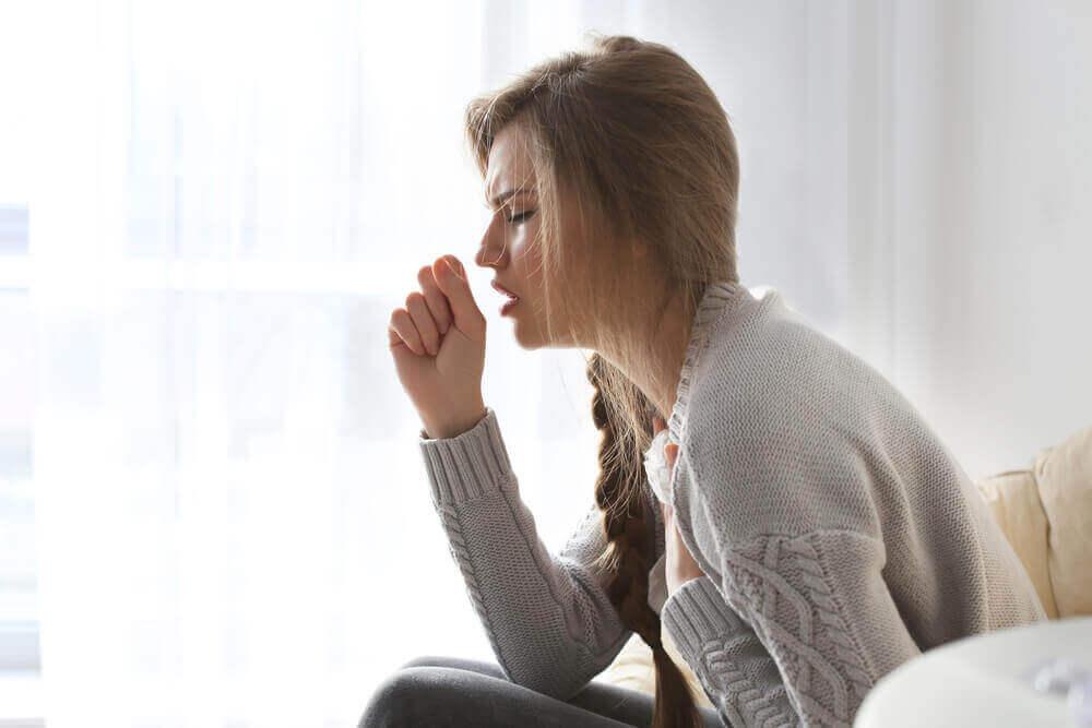 kadın hasta öksürüyor