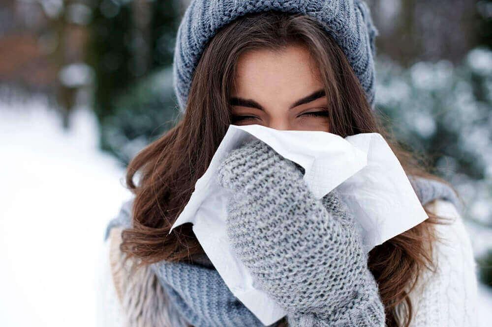kadın soğukta yürüyor