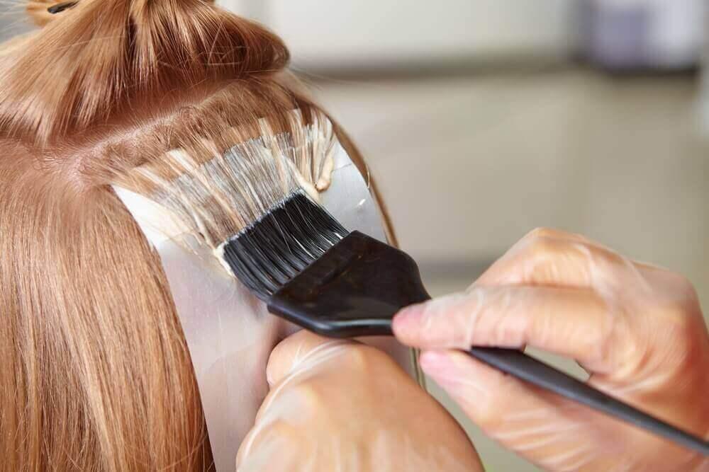 Saç boyatan kadın