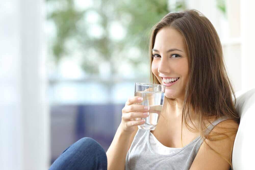 kadın su içiyor