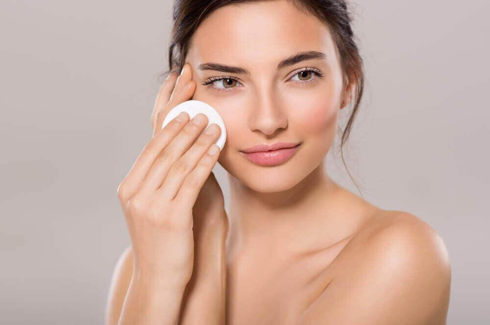 kadın yüzünü temizliyor