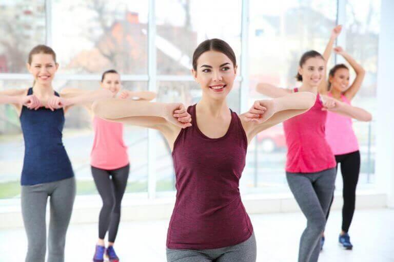 kadınlar dans dersinde