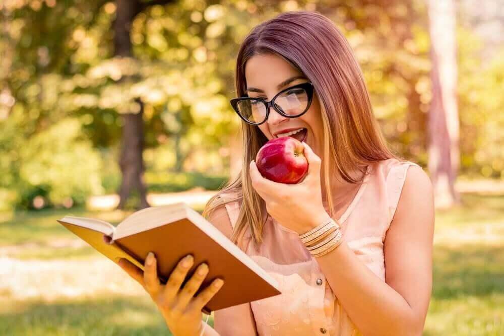 hafıza için kitap okuyan kadın