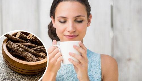 meyan kökü çay içen kadın