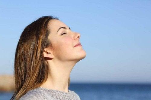 nefes alan mutlu kadın