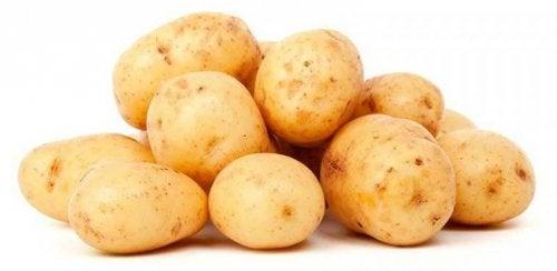 açık sarı taze patatesler ve arpacık