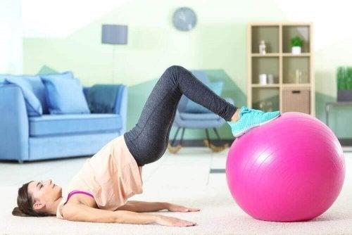 pilates topu pilates yapan kadın