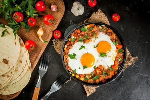 sahanda yumurta, lavaşlar ve hayvansal protein