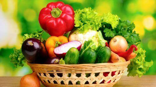 sepet içinde çeşitli sebzeler