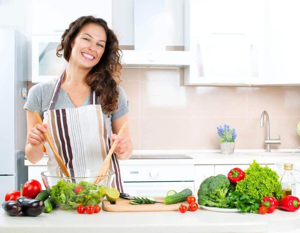 sebze yemeği yapan kadın