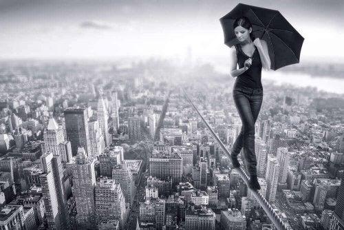 şemsiyeli kadın üstten şehir görünümü