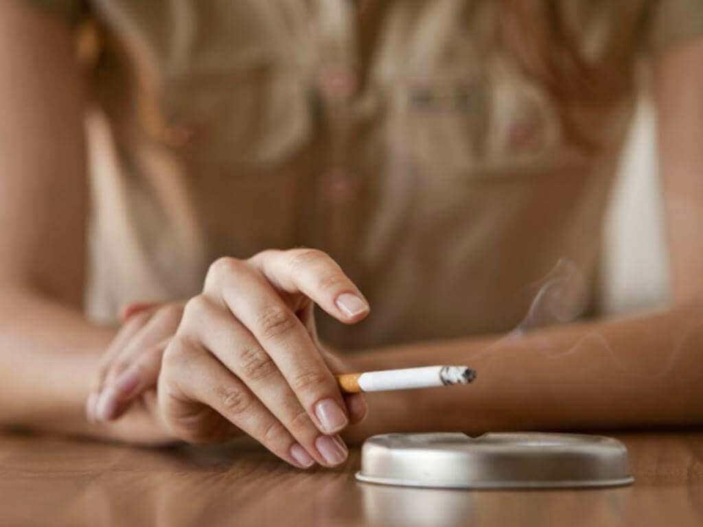 kadın sigara içiyor