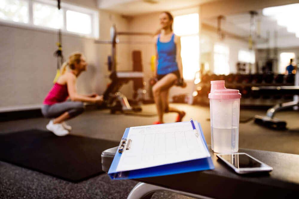 spor salonunda egzersiz yapan kadınlar