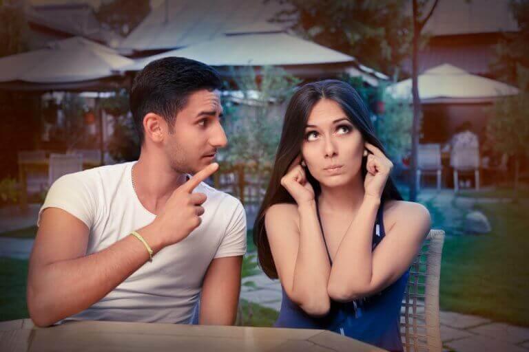 uzun süreli ilişki tartışan çift