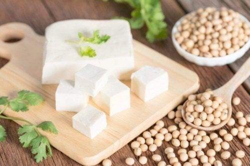 dilimlenmiş tofu ve hayvansal protein