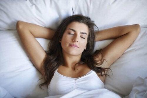 yatağında uyuyan kadın ve aknelerden kurtulmak