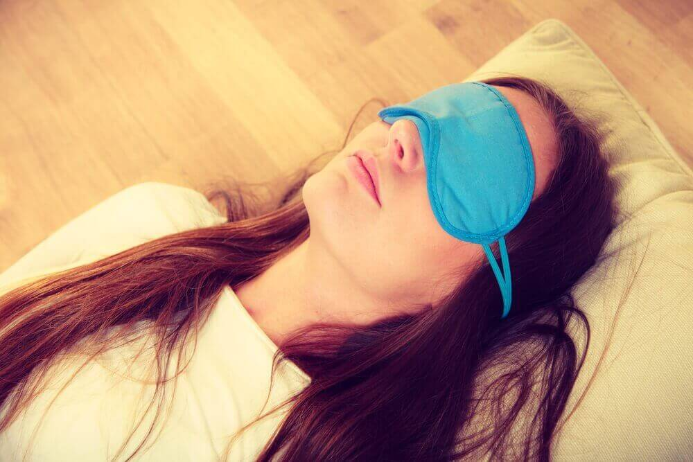 göz bandıyla uyuyan kadın
