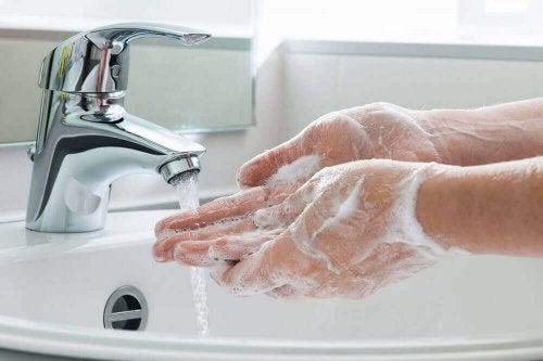yıkanan eller sabun