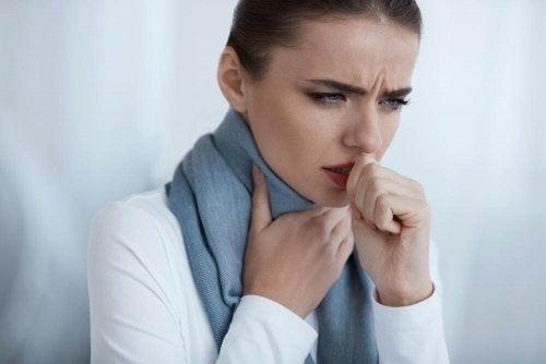 boğaz enfeksiyonu olan kadın