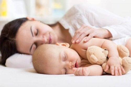 bebekler en iyi annelerinin yanında uyur